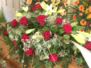 Sarggesteck-rote-Rosen